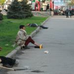 Нашествие бездомных в Киеве: бродяги устраивают лежбища в скверах и пьянки в центре