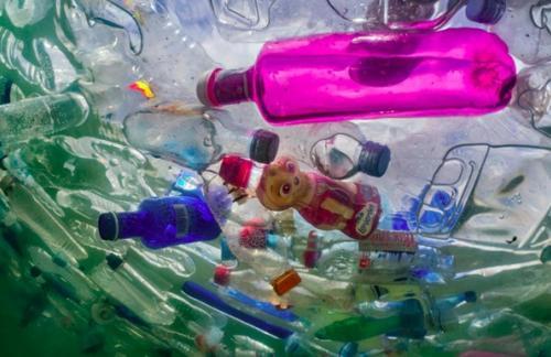 На дне мирового океана находится не менее 14 млн тонн пластика – ученые