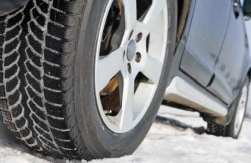 Водителей предупредили о мокрых и заснеженных дорогах