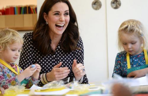 Беременная Кейт Миддлтон в пальто от Zara за 170 долларов была замечена на вокзале в Лондоне