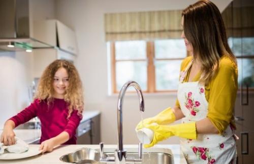 Мытье посуды помогает стать стройнее