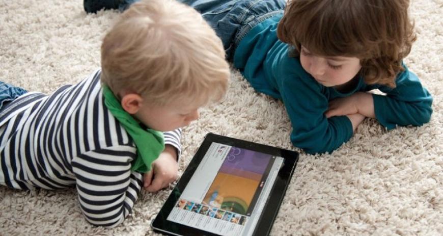 Ученые не советуют родителям разрешать детям пользоваться смартфоном перед сном