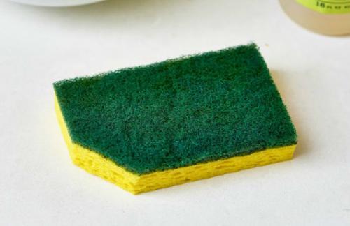Зачем нужно обязательно обрезать уголок у посудной губки – эксперты объяснили